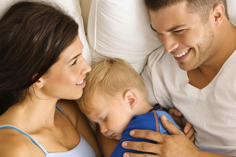Kiedy dziecko jest małe - często śpi z rodzicami w łóżku. Nie dopuść jednak do tego, aby stało się to jego przyzwyczajeniem /© Panthermedia