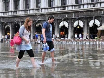Kiedy plan San Marco zalewa woda, żadne buty nie  zdają egzaminu  /AFP