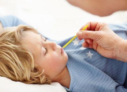 Kiedy temperatura przekroczy 38,5°C, podaj dziecku lek obniżający gorączkę /© Panthermedia