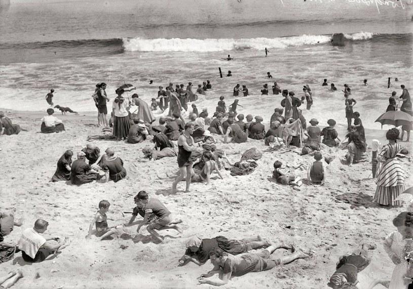 Kiedyś nieliczni plażowicze decydowali się na włożenie strojów kąpielowych /Agnieszka Lisak – blog historyczno-obyczajowy