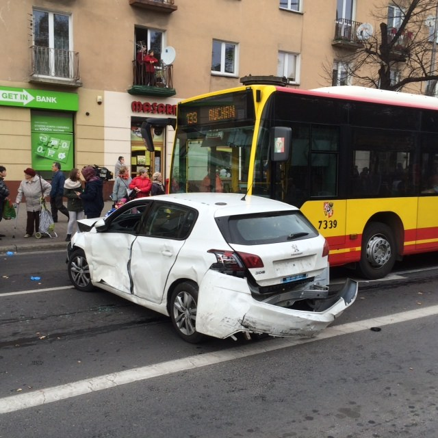 Kierowca autobusu najprawdopodobniej zasłabł i staranował kilka samochodów /Bartłomiej Paulus /RMF FM