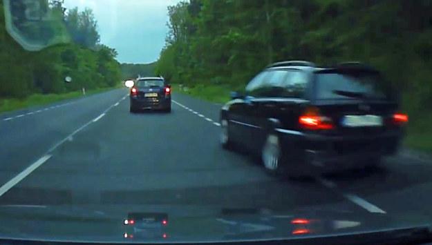 Kierowca BMW wyprzedza - raz prawą, raz lewą stroną /