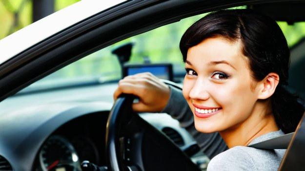 Kierowca, który zdał prawo jazdy na egzaminie, może prowadzić samochód dopiero gdy odbierze dokument prawa jazdy. /Motor