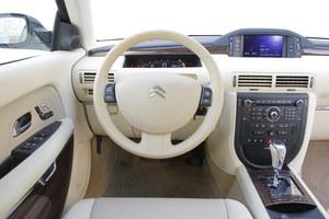 Kierowca ma do dyspozycji trzy wyświetlacze. Dwa z nich (na konsoli i za kierownicą) są konwencjonalne. Trzeci to Head-Up Display (HUD) – rzutuje obraz na szybę. /Motor