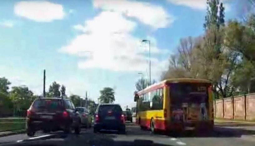 Kierowca Mercedesa klasy A za wszelką cenę nie chciał wpuścić przed siebie autobusu /