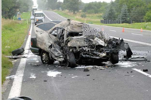 Kierowca mercedesa po zderzeniu z ciężarówką,  spłonął we wnętrzu własnego pojazdu /PAP