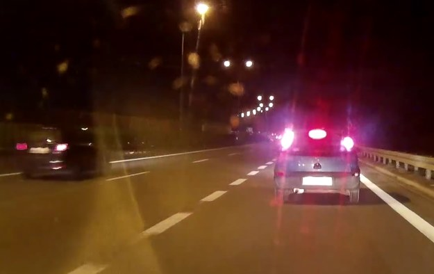 Kierowca Opla Corsy stosuje oryginalną taktykę włączania się do ruchu na drodze ekspresowej /