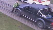 Kierowca próbował zepchnąć mężczyznę z torów