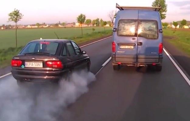 Kierowca tego Forda Escorta w pewnym momencie zorientował się, że jednak nie powinien wyprzedzać /