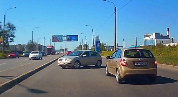 Kierowca tego Opla Astry kompletnie nie wie co robi i co robić powinien /
