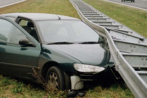Kierowca tego Peugeota uciekał na pobocze przed Tirem... / Kliknij /INTERIA.PL