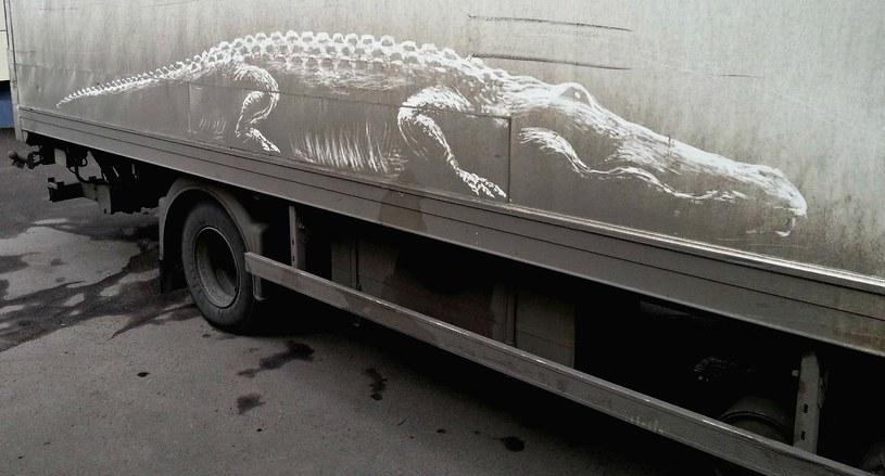Kierowca tej ciężarówki musiał być zaskoczony malowidłem na burcie swojej ciężarówki /materiały prasowe