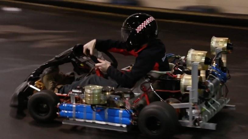 """Kierowca testowy podczas """"ujeżdżania"""" prototypu na torze kartingowym /East News"""