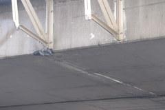 Kierowca uderzył w wiadukt i... odjechał