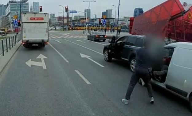Kierowca Volkswagena Touarega wyraża swoje niezadowolenie z faktu, że jadący Dacią Dokker nie wpuścił go na pas /