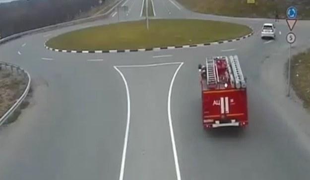 Kierowca wozu strażackiego trochę przesadził z prędkością /