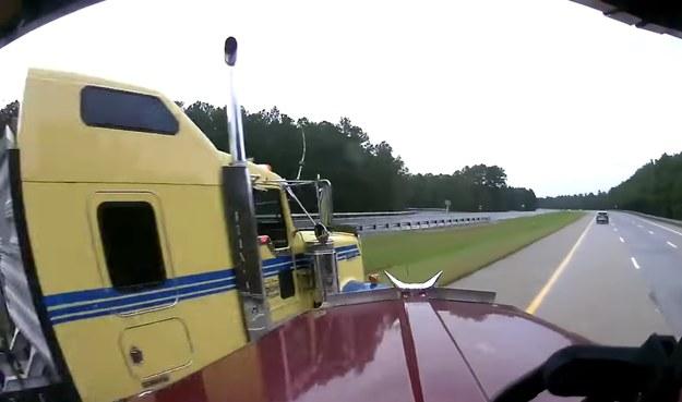 Kierowcom tirów udało się wyjść z bardzo niebezpiecznej sytuacji /