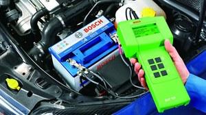 Kierowcy mający w aucie starszy akumulator oraz ci, którzy z samochodu nie korzystają codziennie, powinni przed większymi mrozami doładować baterię. /Motor