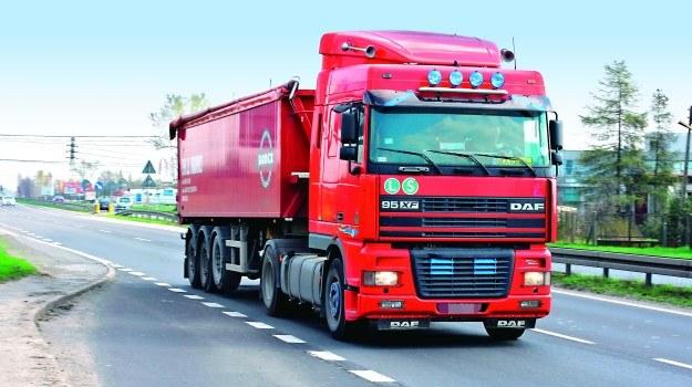 Kierowcy przeciążonej ciężarówki grozi nawet kilkanaście tysięcy złotych mandatu. /Motor