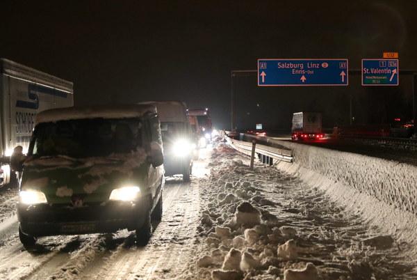 Od kilku godzin autostrada A1, na odcinku Linz-St Poelten, w kierunku Wiednia jest nieprzejezdna, tysiące kierowców utknęło w samochodach od godziny około pierwszej w nocy.