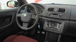 Kierownica oraz dźwignie zmiany biegów i hamulca ręcznego pokryto skórą. Na pedałach są nakładki z nierdzewnej stali. /Motor