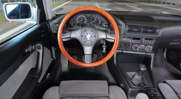 Kierownica z drewnianym wieńcem występowała jako oryginalne akcesorium BMW. Po prawej stronie radia znalazł się dosyć rozbudowany komputer pokładowy. /Motor