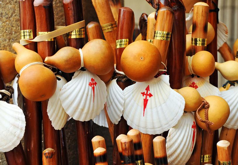 Kije pielgrzymów ozdobione muszlą /©123RF/PICSEL