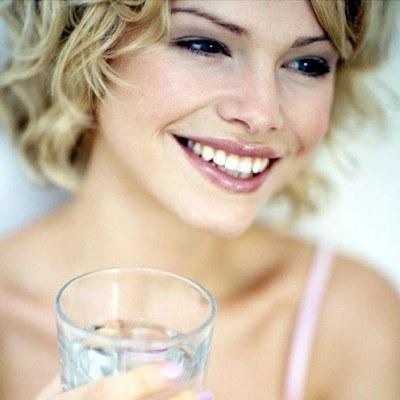 Kilka szklanek wody mineralnej dziennie nie zaszkodzi... /INTERIA.PL