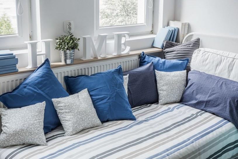 Kilka trików sprawi, że sypialnia optycznie się powiększy /123RF/PICSEL