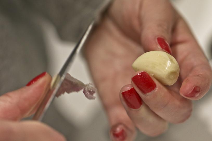 Kilka ząbków czosnku moga odmienić smak zwykłych frytek /Piotr Jędzura /Reporter