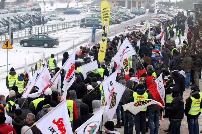 Kilkaset osób zebrało się pod siedzibą Jastrzębskiej Spółki Węglowej w Jastrzębiu Zdroju /Stanisław Rozpędzik /PAP
