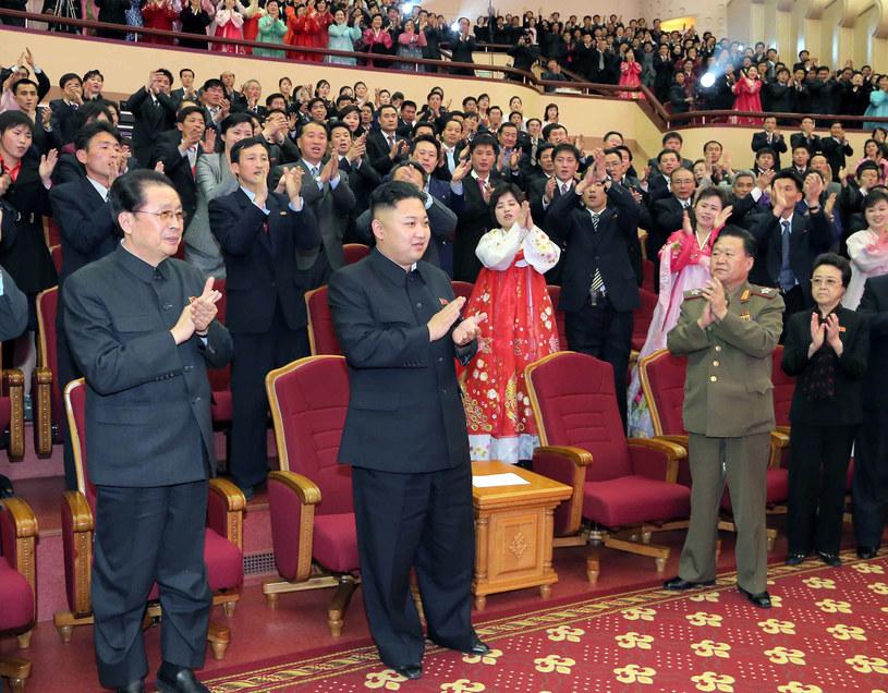 Kim Dzong Un i jego wuj Dzang Song Thaek (z lewej), który został stracony /AFP