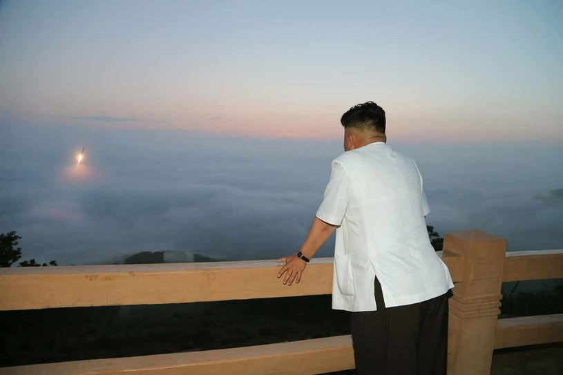 Kim Dzong Un obserwuje start rakiety /fot. AFP PHOTO / KCNA VIA KN /AFP