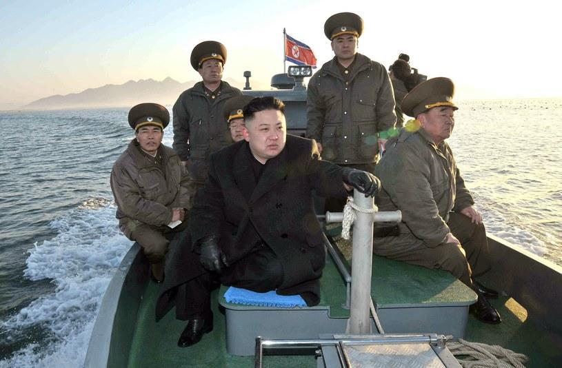 Kim Dzong Un w otoczeniu wiernych wojskowych /AFP /AFP