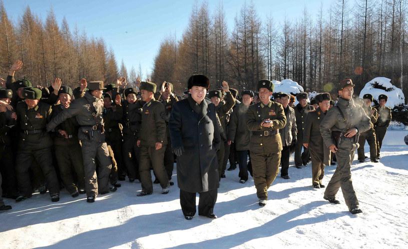 Kim Dzong Un w otoczeniu żołnierzy /KNS /AFP
