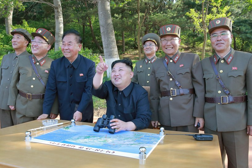 Kim Dzong Un w towarzyskie północnokoreańskich żołnierzy /PAP/EPA