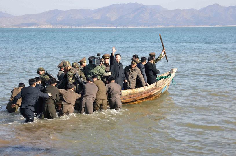 Kim Dzong Un wraca na stały ląd po inspekcji umocnień granicznych na jednej przybrzeżnych wysp /AFP
