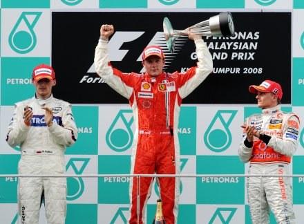 Kimi Raikkonen na najwyższym stopniu podium /AFP