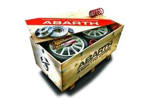 Kit Esseesse sprzedawany jest w drewnianej skrzyni, którą właściciel może wykorzystać do spakowania pozostałych po montażu części. /Fiat