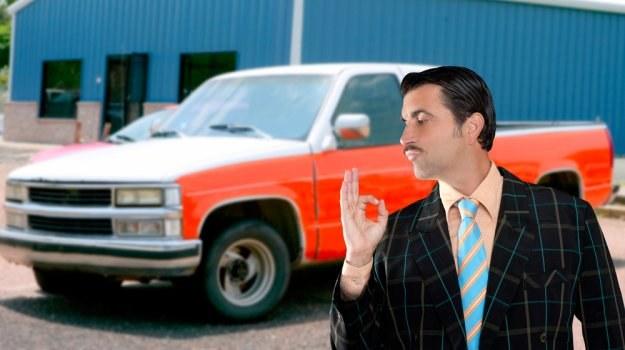 Kłamstwa handlarzy samochodami /Shutterstock