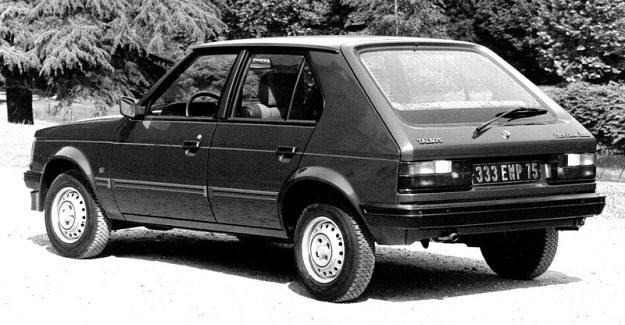 Klapa samochodu nie sięga aż do podłogi bagażnika, a to ze względu na konieczność zapewnienia odporności na siły skręcające. /Chrysler