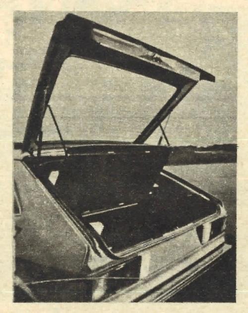 Klapa tylna ma ogrzewany szybę, a bagażnik zasłonięty jest przed wzrokiem niepowołanych za pomocą podnoszącej się wraz z klapą przegrody. /Volkswagen