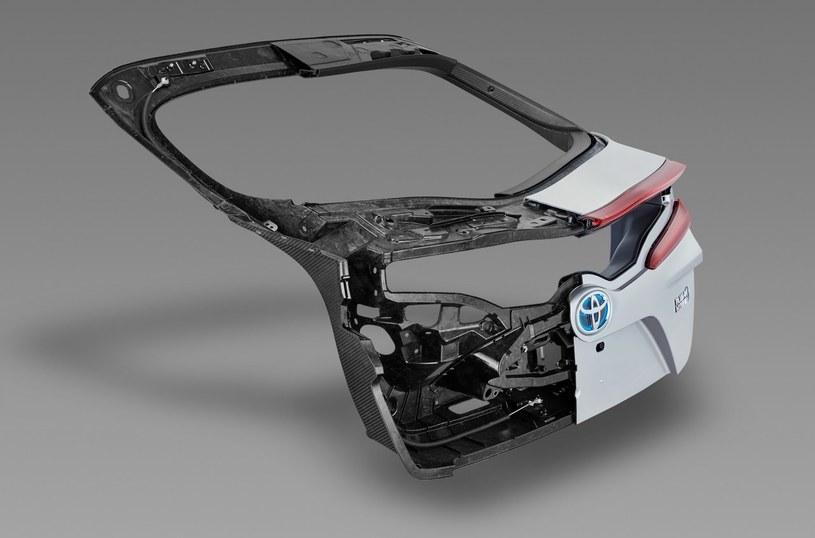 Klapę bagażnika Priusa Plug-Ina wykonano z kompozytów wzmacnianych włóknem węglowym /