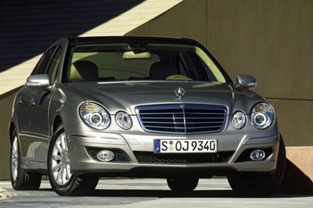 Klasa E (W211) po faceliftingu z 2006 r. ma inny przedni zderzak /