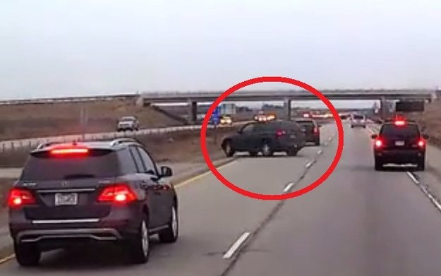 """Klasyczna """"ryba"""" - dwa gwałtowne ruchy kierownicą doprowadziły do utraty kontroli nad autem /"""