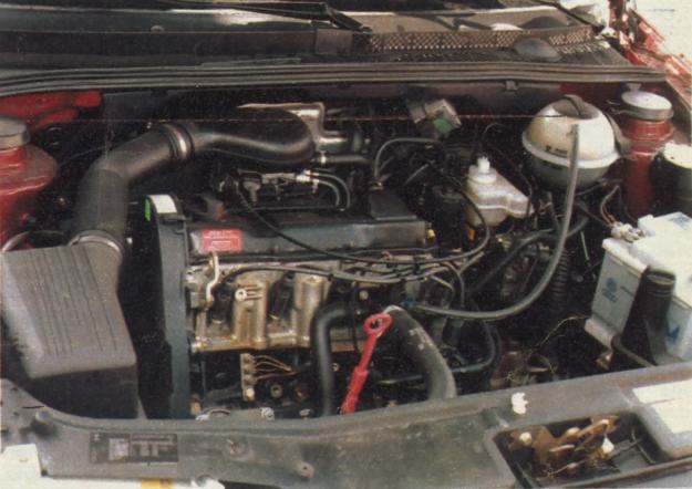 Klasyczny, nie wysilony silnik VW 1,8 dm3. Testowany samochód miał ABS i serwomechanizm kierownicy, ale nie miał airbagu. /Motor
