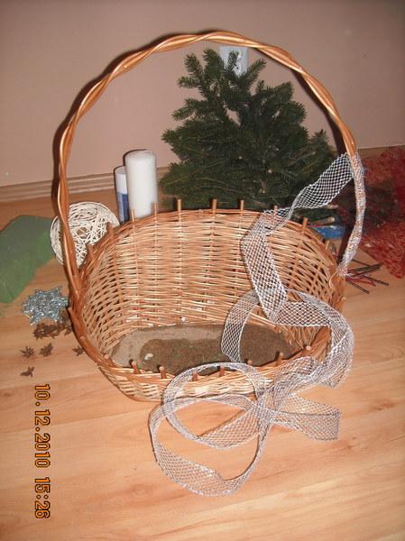 """Wykonana przeze mnie świąteczna dekoracja - to klasyczny stroik. U mnie w domu jest zawsze """"obecny"""" na wigilijnej kolacji. Część materiałów, z których się składa jest """"odzyskana"""" z bukietów urodzinowo - imieninowych. Zawsze bardzo mnie cieszy. Dlaczego? Bo samodzielnie zrobiony.:)"""