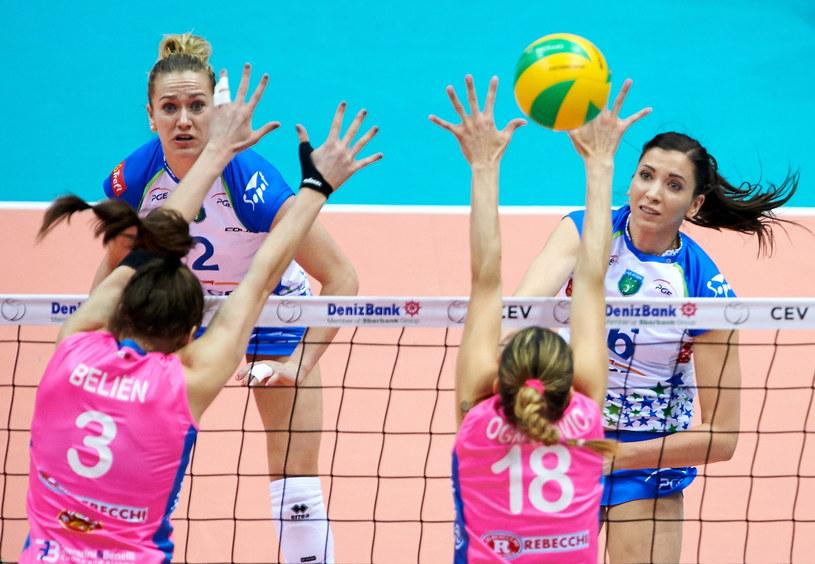 Klaudia Kaczorowska atakuje po bloku /Fot. Adam Warżawa /PAP