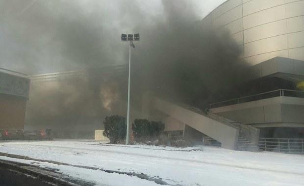 Kłęby dymu w Gdańsku. Zapaliły się auta na parkingu galerii handlowej