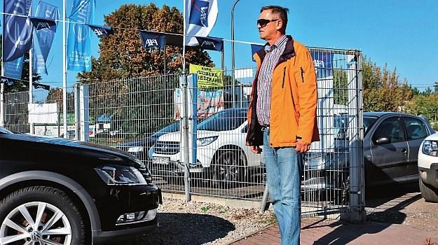 Klient wchodzi do komisu z zamiarem zakupu samochodu, a my zmierzymy czas do chwili wyjazdu autem. /Motor